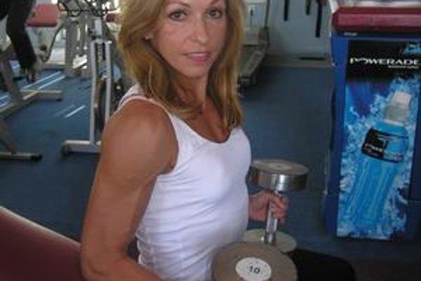 S činkami. Annu môžete stretnúť vnovoveskej posilňovni, kde cvičí trikrát vtýždni.