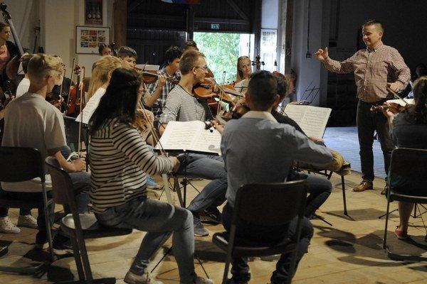 Na snímke v pozadí vpravo dirigent Igor Dohovič.