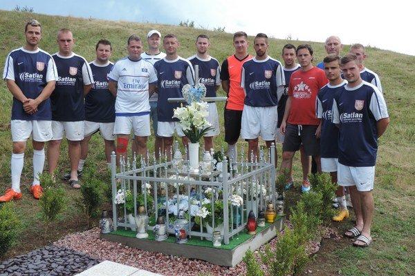 Mužstvo Ľubiše pri pamätníku nešťastnej tragickej udalosti. Tam si hráči uctili pamiatku na Filipa Taňkoša modlitbou.