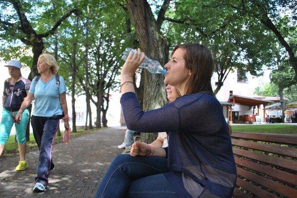 Piť počas horúčav je dôležité. Nedostatok tekutín spôsobuje malátnosť.
