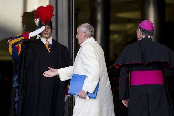 Pápež František prichádza na stretnutie synody biskupov.