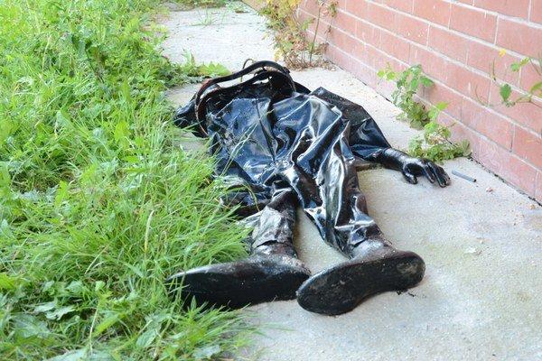 Nález hasičov. V pivnici našli plávať starý gumený oblek.