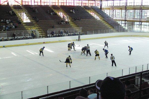Trebišovskí seniori. Pred 20 rokmi sa začal vmeste hrať mužský hokej.
