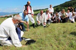 Kosci si pred začiatkom súťaže pokľakli a poďakovali tráve.