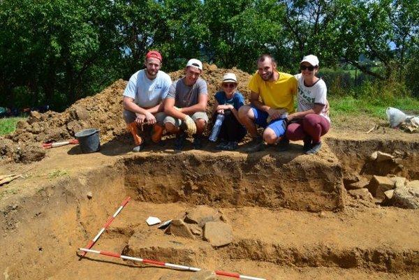 Pri výskume pomáhali archeológom aj brigádnici, väčšinou išlo o študentov archeológie.