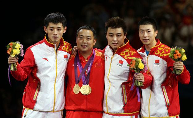 Ma Long (vpravo) bol súčasťou zlatého čínskeho družstva na olympijských hrách 2012 v Londýne.