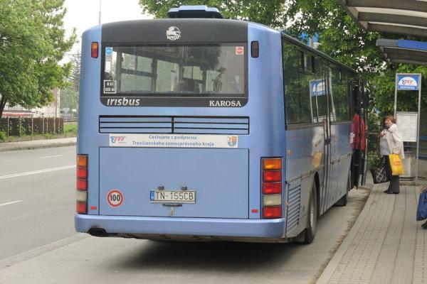 Modrými autobusmi cestovalo menej ľudí.