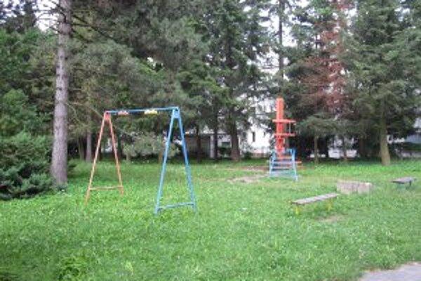 V Handparku je aj niekoľko detských preliezačiek.