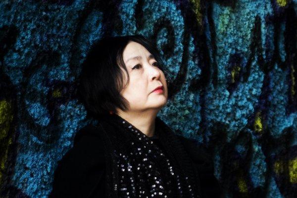 Mari Kazué žije vo Francúzsku.