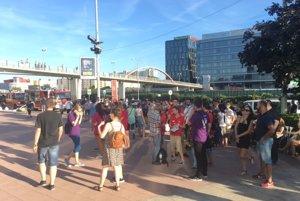 Evakuovaní ľudia pred Auparkom.