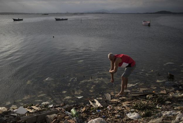 Problémom, najmä pre jachtárov súťažiacich v zátoke Guanabara, sa stala extrémne znečistená voda. V nej pláva tzv. surový odpad, teda voda z toaliet, spŕch a všetkého, čo ľudia púšťajú dolu kanalizáciou.