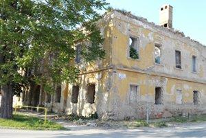Dvestoročná budova. Jedna z najvýznamnejších stavieb v okolí je v katastrofálnom stave.