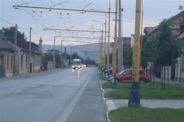 Postriekané stĺpy verejného osvetlenia na Sabinovskej ulici.