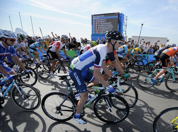 Slovenský cyklista Patrik Tybor (v strede) na olympijskej trati.