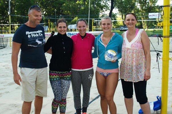Ženský turnaj vyhrali Daniela Hradecká (druhá zľava) a Veronika Richweissová (druhá sprava), volejbalistky UKF Nitra.