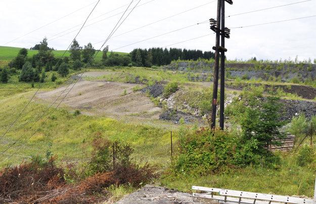 Vpredu je nová skládka priemyselného odpadu vŠirokej, vzadu vpravo stará.