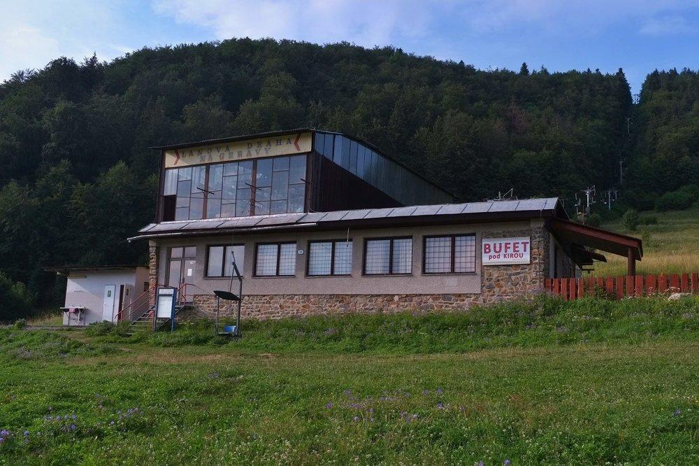 Schátraná nástupná stanica sedačkovej lanovky z Dediniek na planinu Geravy v Dedinkách v Slovenskom raji.