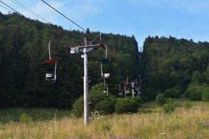 Schátrané sedačky lanovky z Dediniek na planinu Geravy.