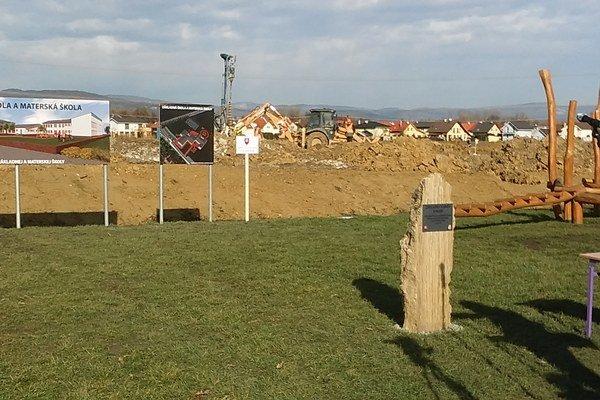 Základný kameň školy stojí už od februára.