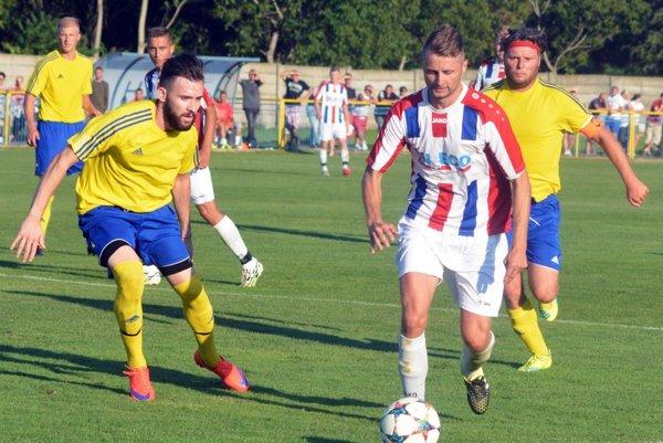 Šoporňa hrala s Patou 2:2 v derby pred 1050 divákmi. Vpredu zľava Filip Krajča, Tomáš Dvorský a Miroslav Andódi.