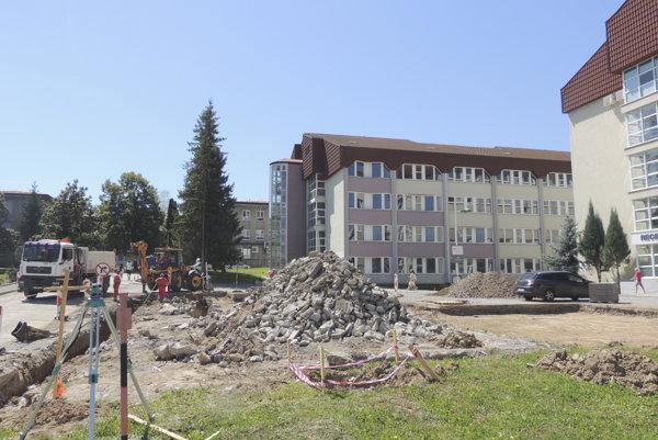 Pred nemocnicou vznikajú nové parkovacie miesta.