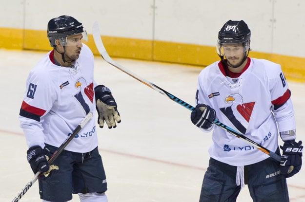 Hokejisti Slovana Bratislava Jonathan Cheechoo a Tomáš Kundrátek.