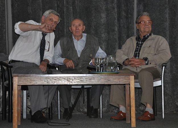Zľava Zdeno Metzker, autor knihy, vedľa Ján Bednár a Alfréd Jandušík.