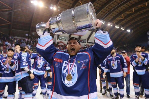 Vlastimil Lakosil s majstrovskou trofejou v drese Nitry