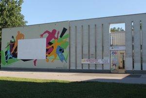 Átrium graffiti stena. Grafika má viac ako 90 metrov štvorcových a bude slúžiť aj ako premietacie plátno.