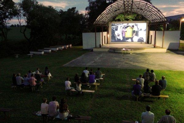 Letné piatkové večery v amfiteátri patria cestovateľským filmom.