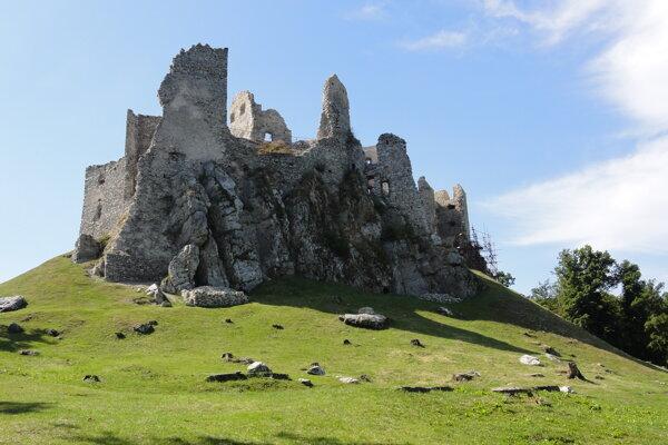 Zrúcanina hradu Hrušov patrí v regióne k najnavštevovanejším atrakciám.