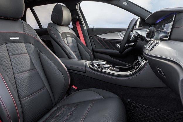V športovom interiéri dominuje čierna farba. Vodič má pred sebou širokouhlý kokpit s farebným multifunkčným dvojitým displejom s vysokým rozlíšením a možnosťou individuálnej konfigurácie.