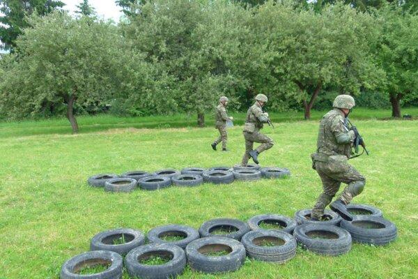 Po presnom zdroji nákazy vojakov ešte pátrajú.