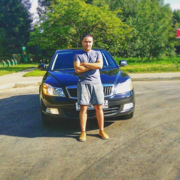 Nostalgia. Mladý Moskovčan jazdí na českej škodovke.