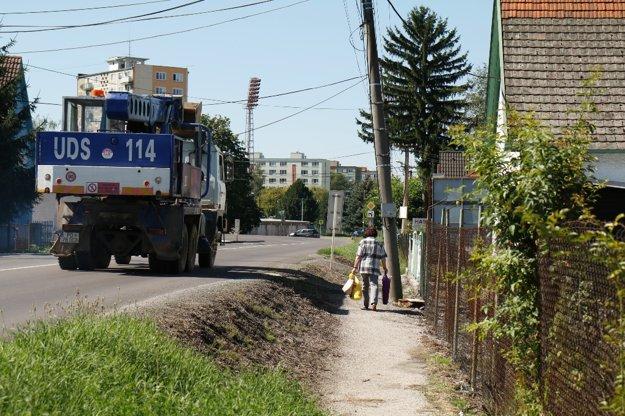 Chodníček popri ceste mesto neopraví, vybuduje však nový na druhej strane ulice.
