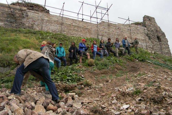 Dobrovoľnícka pomoc pri obnove hradu Kamenica.