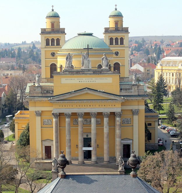 Monumentálna neoklasicistická bazilika v Jágri je druhá najväčšia v Maďarsku.