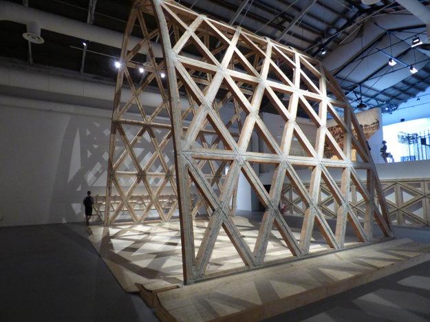 Paraguajský architekt Benitez získal Zlatého leva za túto konštrukciu  z tehál a dreva