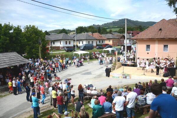 Dni obce vo Vlachove. Ľudia si vychutnávajú tóny ľudových piesní atanec.