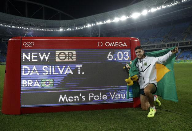 Nový olympijský rekordér pózuje fotografom.