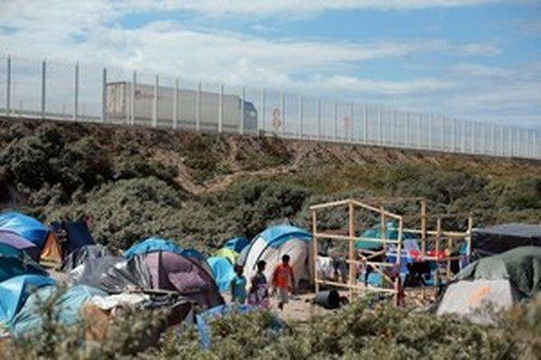 Migranti v Calais kempovali priamo pri diaľnici.