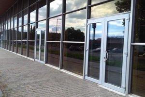 Na budove športovej haly sú vymenené dvere.