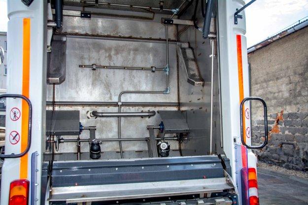 Zariadenie na umývanie kontajnerov v špeciálne upravenom aute.