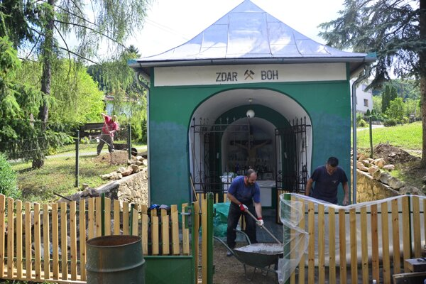 Múr aj oplotenie baníckej kaplnky sa rozhodli zrekonštruovať dobrovoľníci na čele s baníkom Braňom Medveďom.