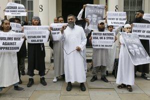 Anjem Choudary na demonštrácii pred sýrskou ambasádou (v strede).