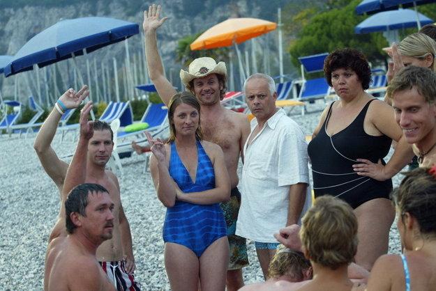 Účastníci zájazdu. Na hercov v Taliansku nečakala rozpálená pláž, ale zima.