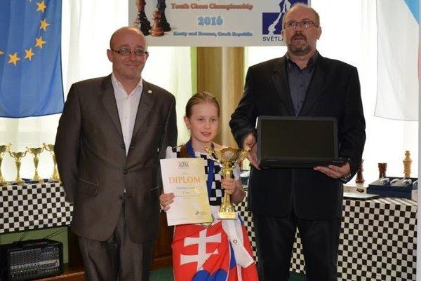 Lucka Kapičáková s trofejami aj vysnívaným notebookom.