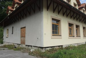 Rekonštrukciu budovy nedokončili, postupne chátra už desať rokov.