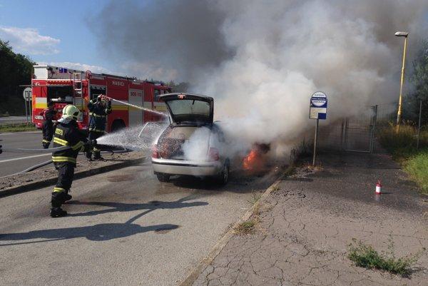 Zásah hasičov. Hasili vodou aj penou.