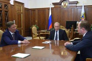 Sergej Ivanov (vľavo) a Vladimír Putin sa pozerajú na Antona Vajna.